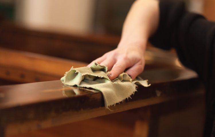 Dùng dấm và dầu oliu pha với nhau để lau đồ gỗ sẽ giúp đồ đạc sáng bóng hơn